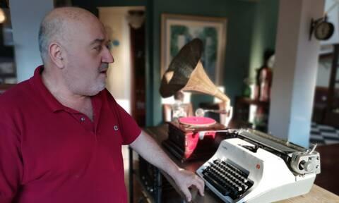 Γιάννης Στύλιος: Ο συλλέκτης που εκθέτει στο καφέ του τα σπάνια αντικείμενα της συλλογής του