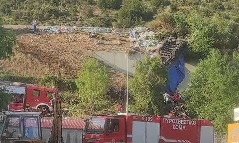 Κοζάνη: Εκτροπή νταλίκας στην Εγνατία - Τιτάνια προσπάθεια να απεγκλωβιστεί ο οδηγός