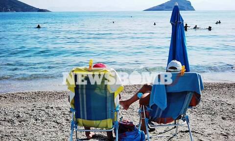 Δεν πέφτει καρφίτσα στις παραλίες της Αττικής - Από νωρίς στη θάλασσα για ανάσες δροσιάς