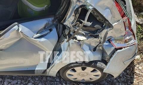 Πάτρα: Αυτοκίνητο έπεσε πάνω στον Προαστιακό - Σώθηκαν από θαύμα (pics)