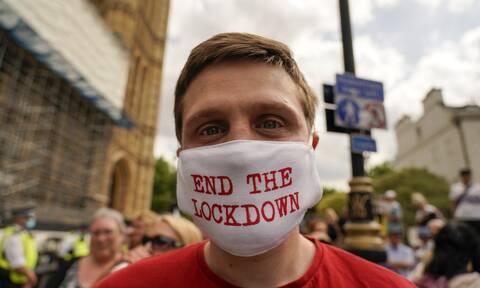 Ανδρας με μάσκα «End the lockdown»