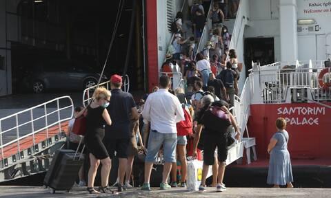 Αυξημένη κίνηση στο λιμάνι του Πειραιά: Με βεβαιώσεις στα χέρια οι πολίτες (vid)