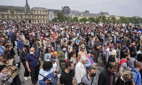 Γαλλία: Εμπρησμοί και λεηλασίες σε εμβολιαστικά κέντρα της χώρας