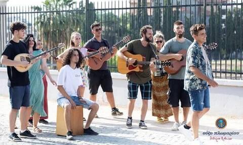 Ο Γιάννης Χατζηγεωργίου θέλει να βρούμε μαζί την μπάντα για τα επόμενα «Ραντεβού στον ήλιο»