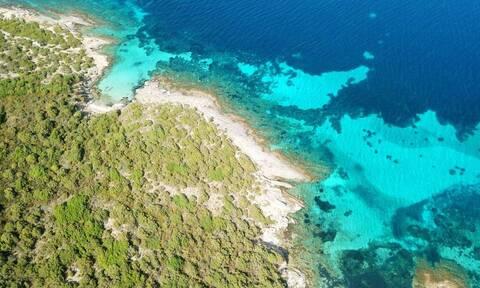 Στην Εύβοια υπάρχει μια παραλία που βρίσκεται μέσα σε κρατήρα