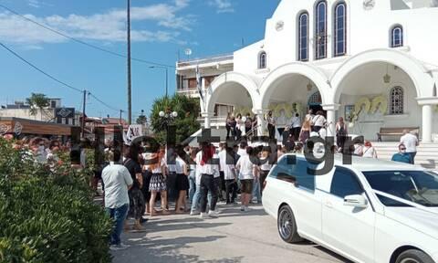Έγκλημα στη Φολέγανδρο: Ράγισαν καρδιές στη κηδεία της Γαρυφαλλιάς