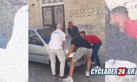 Σύρος: Τουρίστες σήκωσαν στα χέρια αυτοκίνητο γιατί θα έχαναν την πτήση τους