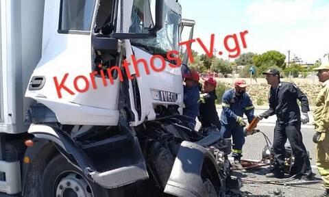 Άγιοι Θεόδωροι: Σοβαρό τροχαίο με φορτηγό και νταλίκα - Εγκλωβίστηκε οδηγός