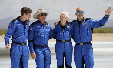 Ο Τζεφ Μπέζος έγραψε ιστορία στο διάστημα - «Άναυδος» από την «ομορφιά και ευθραυστότητα» της Γης