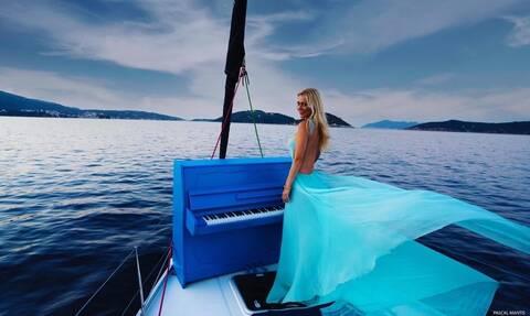 Η Έλενα Ξυδιά στο Newsbomb.gr: Παίζοντας πιάνο εν πλω ανοιχτά της Σκιάθου