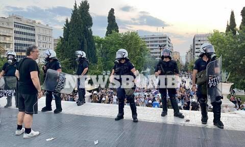 Ρεπορτάζ Newsbomb.gr: «Πνίγηκε» στα χημικά το Σύνταγμα - Επεισόδια, συγκρούσεις και τραυματισμοί