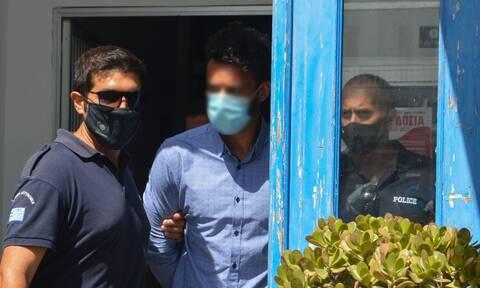 Φολέγανδρος: Βγήκε από το κέντρο υγείας ο δολοφόνος της Γαρυφαλλιάς - Oδηγείται στον ανακριτή