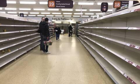 Βρετανία: Τι ειναι το «pingdemic» που αδειάζει τα ράφια των σούπερ-μάρκετ και προκαλεί χάος