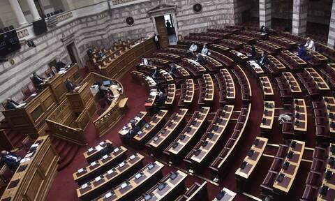 Κορονοϊός: Πέρασε από τη Βουλή η τροπολογία του Υπουργείου Υγείας για τον υποχρεωτικό εμβολιασμό