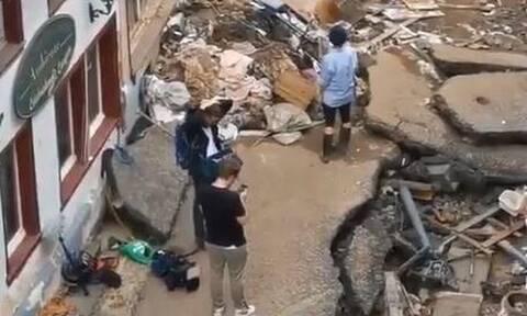 Γερμανία: Ρεπόρτερ σε πλημμυρισμένη περιοχή «συνελήφθη» να αλείφεται με λάσπες πριν βγει στον αέρα
