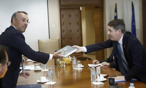 Για τις οικονομικές προκλήσεις μετά την πανδημία συζήτησαν Σταϊκούρας και Ντόναχιου