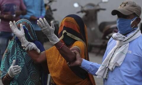 Κορονοϊός Ινδία: Ξεπέρασαν τους 420.000 οι θάνατοι - Φόβοι για αύξηση των νεκρών