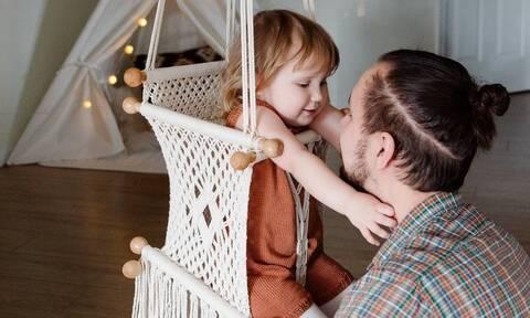 Δείτε γιατί κάνει θραύση στο TikTok το βίντεο ενός μπαμπά με το μωρό του
