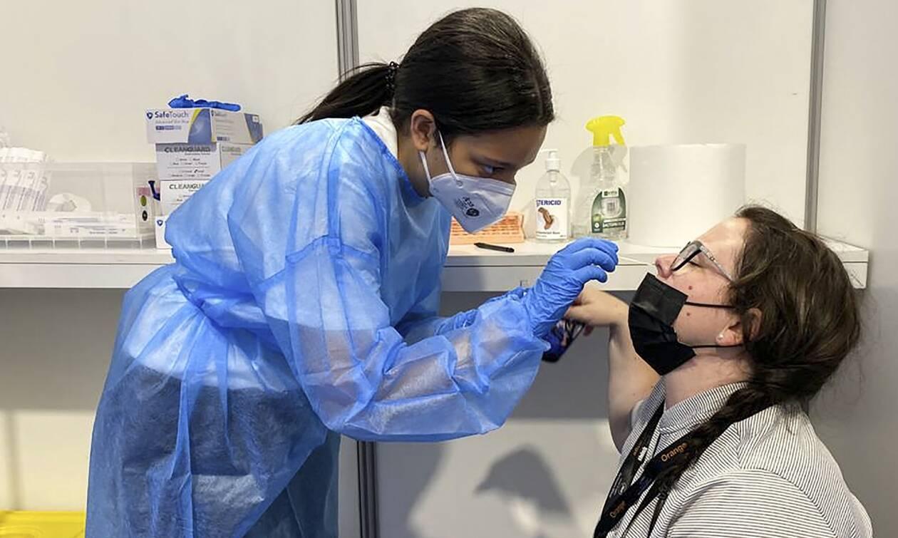 Ποια είναι τα νέα συμπτώματα της Covid-19: Οι διαφορές μεταξύ εμβολιασμένων και ανεμβολίαστων