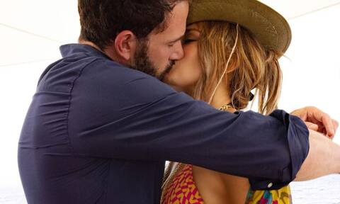 Το πρώτο καυτό φιλί Jennifer Lopez και Ben Affleck μόλις ανέβηκε στο Instagram! Και έγινε χαμός!