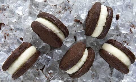 Σάντουιτς με σπιτικό παγωτό βανίλια - Συνταγή του Άκη Πετρετζίκη