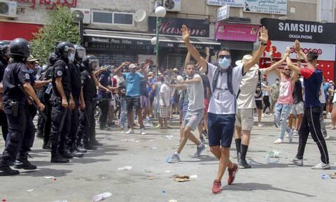 Φόβοι για πραξικόπημα στην Τυνησία: Ο πρόεδρος ανέστειλε το κοινοβούλιο και απέπεμψε τον πρωθυπουργό