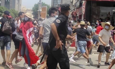 Κρίση στην Τυνησία μετά την αποπομπή του πρωθυπουργού και την αναστολή του κοινοβουλίου