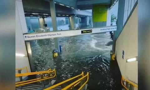 Λονδίνο: Πλημμύρισαν νοσοκομεία και σταθμοί του μετρό - Εικόνες χάους στη βρετανική πρωτεύουσα
