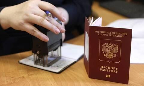 В России предложили изымать загранпаспорта за долги