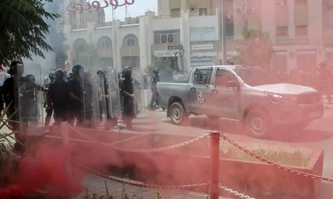 H Τυνησία σε κρίση: Ένταση μετά την αποπομπή της κυβέρνησης- Καταγγέλλουν πραξικόπημα του προέδρου