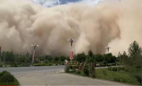 Κίνα: Αμμοθύελλα «καταπίνει» ολόκληρη πόλη -Σκηνές αποκάλυψης (Βίντεο)