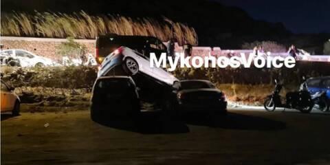 Τροχαίο στη Μύκονο: ΙΧ «προσγειώθηκε» πάνω σε σταθμευμένα αυτοκίνητα