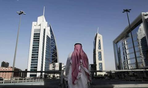 Σαουδική Αραβία: Οσοι ταξιδεύουν σε «κόκκινες χώρες» κινδυνεύουν με τριετή απαγόρευση εξόδου