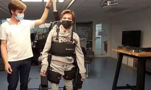 Γαλλία: Πατέρας έφτιαξε ρομποτικό εξωσκελετό για να βοηθήσει τον γιο του να περπατήσει (Βίντεο)