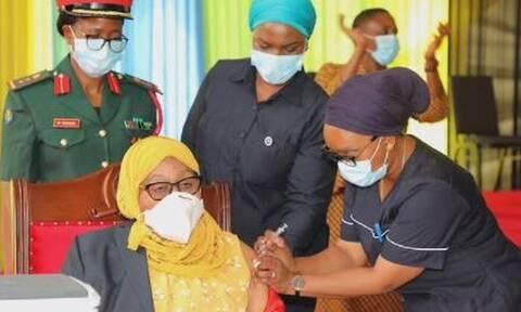 Τανζανία: Η πρόεδρος εμβολιάζεται δημόσια μετά το θάνατο του αντι-εμβολιαστή προκάτοχού της