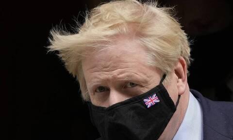 Βρετανία: Η μάχη του Μπόρις Τζόνσον με μια ομπρέλα προκάλεσε ευθυμία στον πρίγκιπα Κάρολο