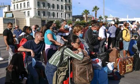 Καθυστερήσεις στο λιμάνι του Πειραιά: «Εγκαταλείπουν» την πρωτεύουσα οι πρώτοι αδειούχοι