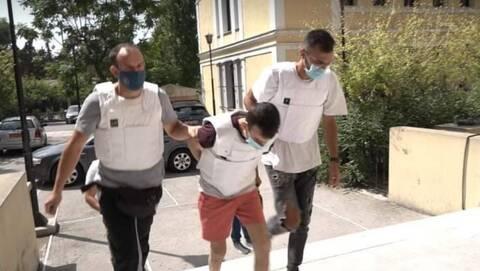 Έγκλημα στη Δάφνη: Στον εισαγγελέα οδηγήθηκε ο συζυγοκτόνος - Οι μαρτυρίες που τον «καίνε»