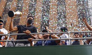 LIVE η άφιξη των Αντετοκούνμπο: Στην Αθήνα οι πρωταθλητές του ΝΒΑ - Δείτε εικόνα από το αεροδρόμιο