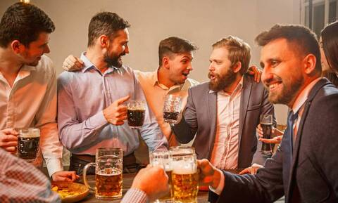 Έρευνα: Όσο πιο συχνά πάμε για μπίρες, τόσο γινόμαστε ευτυχισμένοι