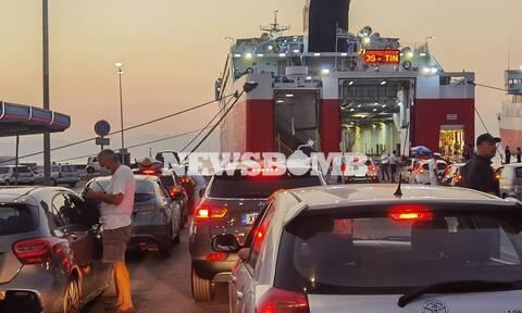 Ουρές στα λιμάνια: Οι αδειούχοι του Αυγούστου εγκαταλείπουν την Αθήνα (pics)