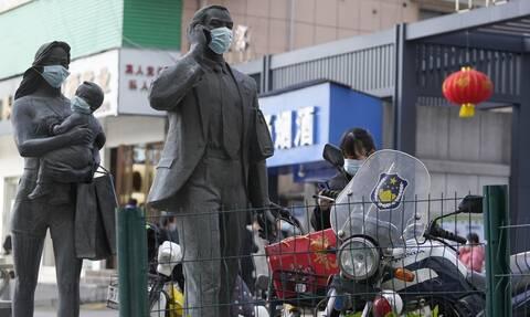 Aγάλματα με μάσκες στην Ουχάν