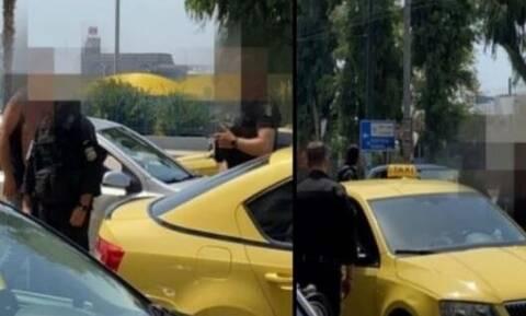 Ταξιτζήδες πλακώθηκαν στο ξύλο στον Πειραιά: Σκισμένες μπλούζες και επέμβαση ΔΙΑΣ (vid)