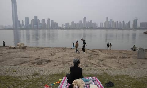 Κίνα: Η επιδημία του κορονοϊού «στοιχειώνει» και πάλι την Ουχάν - Eκατομμύρια πολίτες σε lockdown