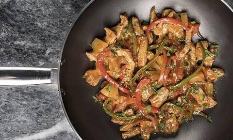 Γλυκόξινο χοιρινό με λαχανικά από τον Άκη Πετρετζίκη