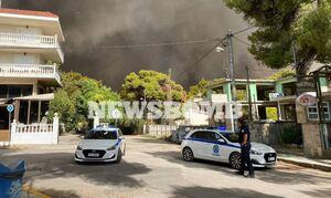 Φωτιά ΤΩΡΑ - Καίγεται η Βαρυμπόμπη: Στην πλατεία οι φλόγες - Βίντεο ντοκουμέντο