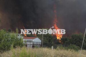 Φωτιά Βαρυμπόμπη: Θρίλερ με εγκλωβισμένους πολίτες, αστυνομικούς και πυροσβέστες - Δεκάδες κλήσεις