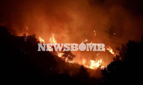 Φωτιά Βαρυμπόμπη: Ακούγονται συνεχώς εκρήξεις – Καίγονται σπίτια και αυτοκίνητα
