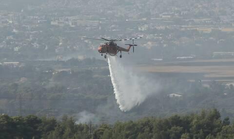 Δεύτερη ημέρα οι πυροσβέστες δίνουν μάχη με τις φλόγες στη Βαρυμπόμπη