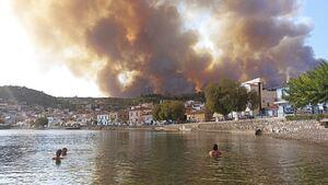 Φωτιά στην Εύβοια: Δραματικές ώρες στις Ροβιές, το Λιμενικό απομακρύνει εγκλωβισμένους πολίτες